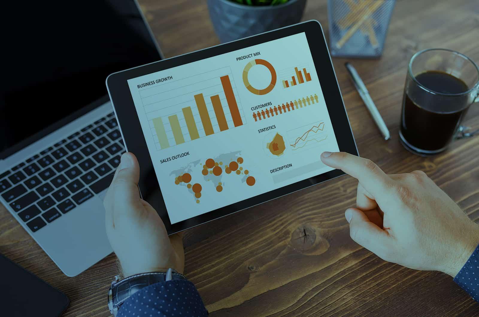 iPad e MacBook Pro utilizzati da un manager
